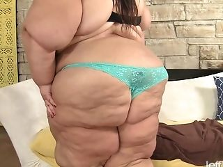 Ssbbw Apple Bomb Shows Off Her Massive Assets As She Attempts Some Crazy Playthings